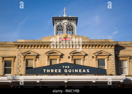 The original Victorian Reading Station building, built in 1865, now the Three Guineas public house. - Stock Image