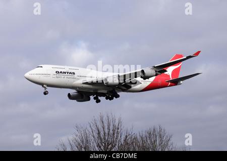 Qantas Boeing 747-438 VH-OJF on approach to Heathrow : cloudy sky - Stock Image