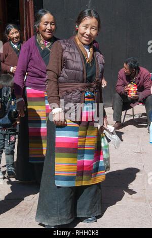Tibetan pilgrims visiting Sakya Monastery, western Tibet, China - Stock Image