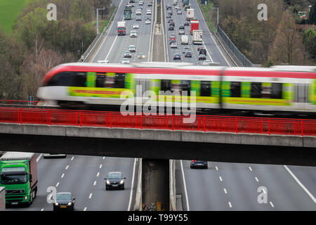 26.03.2019, Erkrath, North Rhine-Westphalia, Germany - Traffic landscape, road traffic and S-Bahn traffic intersect on the A3 motorway. 00X190326D016C - Stock Image