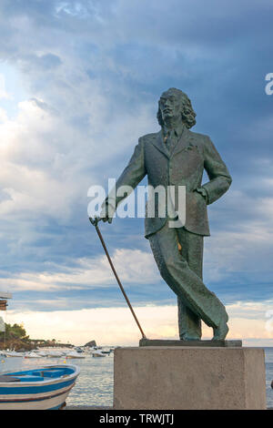 CADAQUES, SPAIN - JUNE 28, 2017: Detail of a bronze life-size statue to famous Salvador Dali in Cadaques, Spain. This small town in the Costa Brava ho - Stock Image