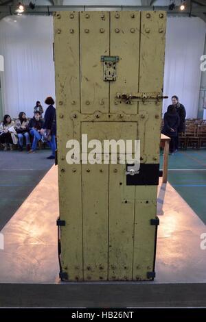Reading, Berkshire, UK. 4th Dec, 2016. Original door to Oscars Wilde's prison cell where his penultimate work, De - Stock Image