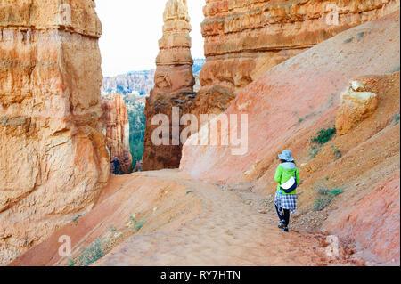 Woman hiking in the mesmerising environment of  Bryce Canyon National Park, Utah, USA. - Stock Image