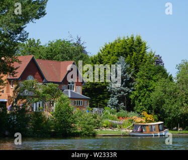 Beetle and Wedge Boathouse, Moulsford-on-Thames, River Thames, Oxfordshire, England, UK, GB. - Stock Image