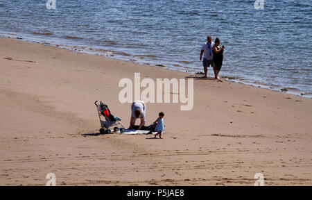 Dundee, Tayside, Scotland, UK. 27th June, 2018. UK weather: People enjoying the hot sunny weather on Broughty Ferry beach in Dundee with temperatures reaching 20º Celsius. Credits: Dundee Photographics / Alamy Live News - Stock Image