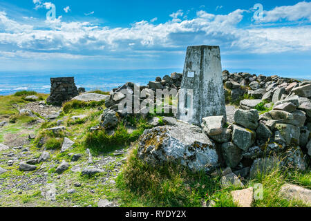 The viewpoint indicator and trig point at the summit of Ben Cleuch in the Ochil Hills, Clackmannanshire, Scotland, UK - Stock Image