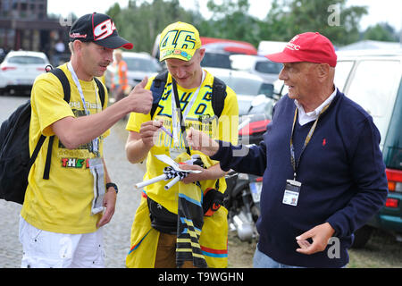 FILE: 21st May 2019. Former Formula One driver Niki Lauda passed away peacefully this morning aged 70. Photo taken: Brno, Czech Republic. 16th Aug, 2015. Austrian former Formula One driver Niki Lauda (right) visits Grand Prix of the Czech Republic 2015, Czech Republic, August 16, 2015, Brno, Czech Republic. Credit: Vaclav Salek/CTK Photo/Alamy Live News - Stock Image