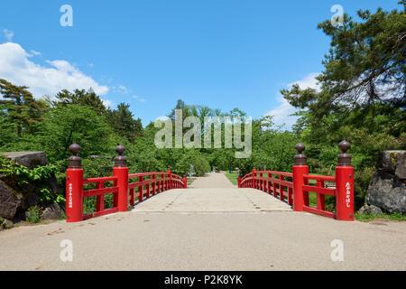 High angle shot of Takaokahashi Bridge framed by flowers and greenery in Hirosaki Park, Hirosaki, Japan. - Stock Image