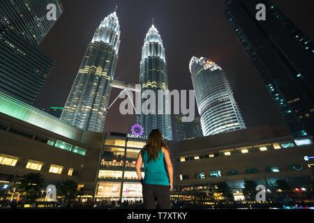 Young woman traveler wearing casual enjoy amazing weekends. Looking away to  building in Kuala Lumpur, Malaysia. Asia - Stock Image