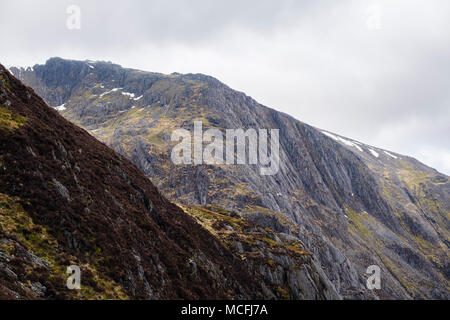 Seniors Ridge above Idwal Slabs leading to Glyder Fawr mountain in Snowdonia National Park. Cwm Idwal, Ogwen, Conwy, Wales, UK, Britain - Stock Image