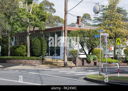 4 Park Avenue Gordon is the Lifeline Harbour to Hawkesbury office. A glass front, flat roof, painted brick, mid-century building. - Stock Image