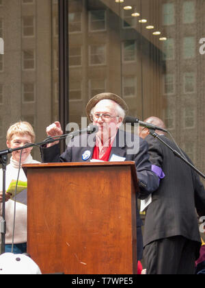 The late Studs Terkel speaking at anti war protest. Chicago 3-16-2003. - Stock Image