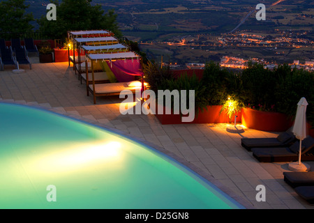 A pool with a terrific view of the Covilhã city - Stock Image