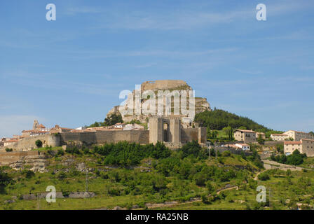 Castillo de Morella on the hilltop above the medieval walled city of Morella, Castellon, Comunidad Valencia, Spain - Stock Image
