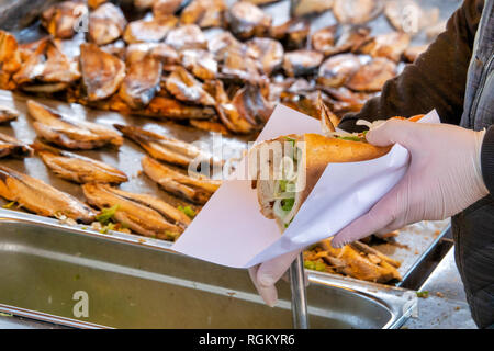 Street vendor selling the traditional Balik Ekmek (a grilled fish sandwich) in Eminönü, Istanbul, Turkey - Stock Image