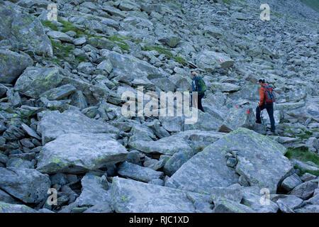 Wanderer in Schotterfeld am Aschaffenburger Höhenweg, Zillertaler Alpen, Tirol, Österreich - Stock Image