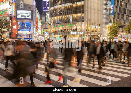 Thousands of people at the Shibuya crossing at night in Tokyo, Japan - Stock Image