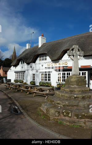 The Bird in Hand a 15th century thatched pub in Austrey, Warwckshire - Stock Image