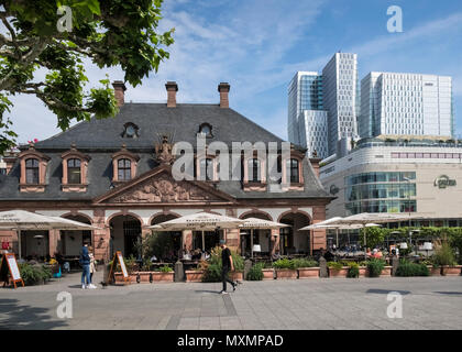 The baroque style and popular Hauptwache cafe building (Main Guardroom), sits alongside new modern architecture, Frankfurt am Main, Hesse, Germany. - Stock Image