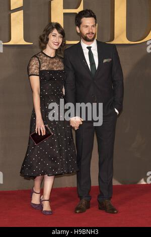 London, Grossbritannien. 21st Nov, 2016. Lizzy Caplan and Tom Riley attends the UK Premiere of 'Allied' - Stock Image