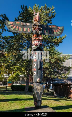 Kwakwaka'wakw Honouring Pole, 1999, by carvers Sean Whonnock and Johnathan Henderson, at Thunderbird Park, Victoria, - Stock Image