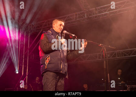 Aberdeen, UK. 8th Dec 2018. Sleep in the Park . Sonny a previously homeless man helped by Social Bite  tells his story to the audience.  Credit Paul Glendell Credit: Paul Glendell/Alamy Live News - Stock Image