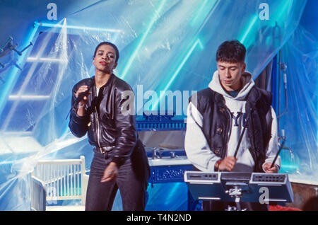 Bomb the Bass, britisches Musikprojekt von Tim Simenon (rechts), bei einem Auftritt in der Chartshow 'Formel Eins', Deutschland 1987. British music project 'Bomb the Bass' performing on German TV music chart show 'Formel Eins', Germany 1987. - Stock Image