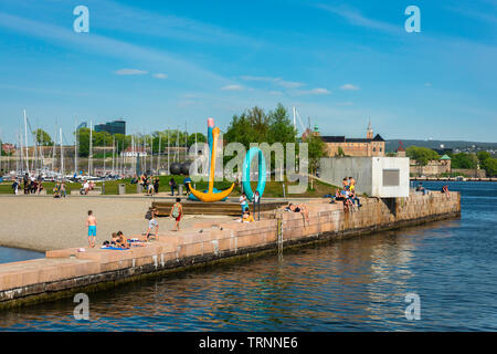 Oslo beach, view of people relaxing on Tjuvholmen City Beach in the harbour area of Oslo, Norway. - Stock Image