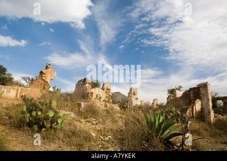 North America, Mexico, Pozos. The mining ruins of Cinco Senores near the town of Mineral de Pozos. - Stock Image