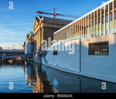 Berlin, Mitte. The James Simon Gallery  and the Pergamon museum on Museum Island The James Simon Gallery is the new visitor centre on Museum Island de - Stock Image