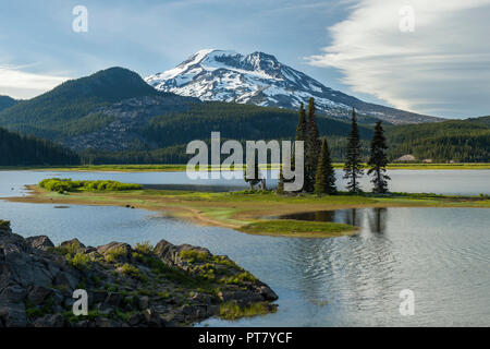 Oregon's South Sister and Sparks Lake, as seen from the Ray Atkeson Memorial Viewpoint near sundown - Stock Image