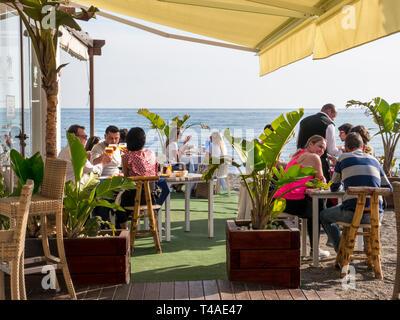 BEACH BAR RESTAURANT Alfresco simple rustic beach bar restaurant busy with diners in San Pedro de Alcantara Malaga Costa del Sol Spain - Stock Image