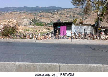 Pottery store on the side of the road in Jordan - Stock Image