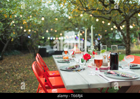 Dinner garden party table - Stock Image