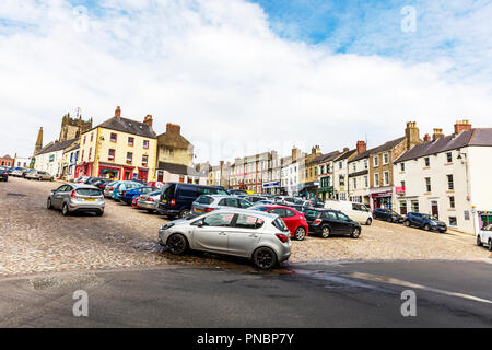 Richmond Town Yorkshire UK, Richmond Town UK, Richmond Yorkshire, Yorkshire Towns, Richmond, Yorkshire, towns, town, hill, shops, street, streets, UK - Stock Image