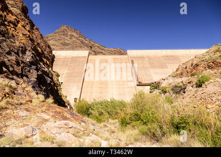 Concrete dam at Presa del Parralillo reservoir, Gran Canaria, Canary Islands - Stock Image