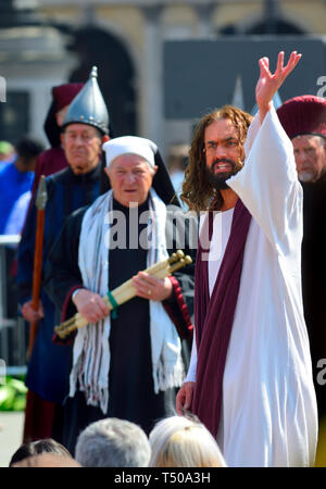 London, UK. 19th Apr 2019. On Good Friday, thousands gather in Trafalgar Square to watch The Passion of Jesus performed by the Wintershall Players Credit: PjrFoto/Alamy Live News - Stock Image