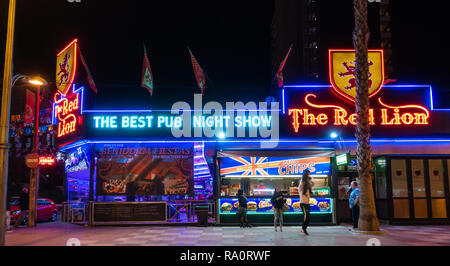 The Red Lion Pub in the New Town, Benidorm, Alicante Province, Spain lit up at night. - Stock Image