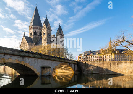 Pont des Roches bridge and Temple neuf - New Protestant church, German Imperial monument of Alsace-Lorraine in Ville de Metz city, Grand Est, France.  - Stock Image