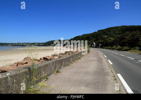 View of empty beachside road, D786, Plestin les Greves, Cotes d'Amor, Brittany, France - Stock Image
