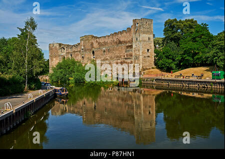 Newark Castle ruins reflected in the River Trent in Nottinghamshire. - Stock Image