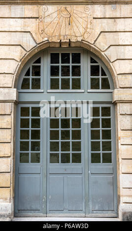 France, Paris 4th district, Hotel de Sully, door and sundial - Stock Image