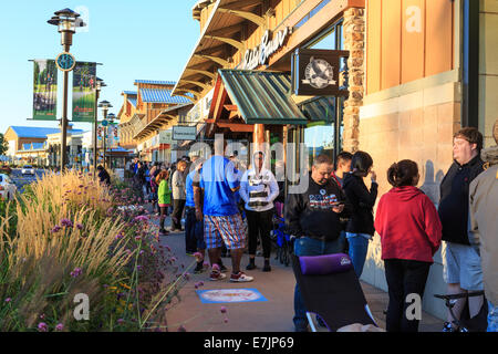 Littleton, Colorado USA. 19 Sept. 2014.  Customers line up outside of the Apple Store at the Aspen Grove Shopping - Stock Image