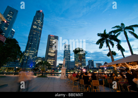 Skyline of Singapore  Raffles Statue street cafe South East Asia twilight Singapur - Stock Image