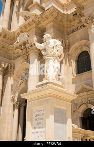 Italy Sicily Syracuse Siracusa Ortygia Piazza Duomo Baroque Duomo Templo di Minerva cathedral Saint Bishop Zosimo facade detail pillars statue - Stock Image