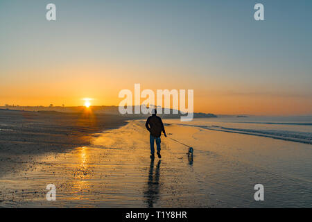 Marazion, Cornwall, UK. 29th Mar, 2019. UK Weather. As the sun rose in south west Cornwall, a mist formed on the sea shrouding the base of St Michaels Mount for another morning. Credit: Simon Maycock/Alamy Live News - Stock Image