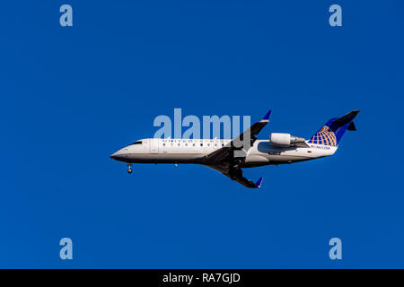 United Express (Sky West), landing at Burbank-Hollywood Airport. (Bob Hope Airport). - Stock Image