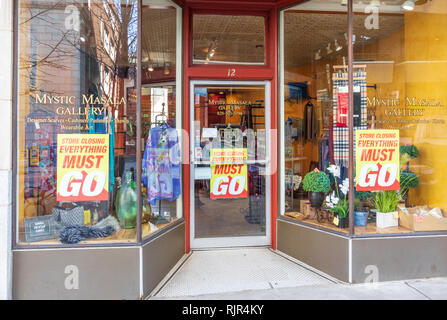ASHEVILLE, NC, USA-2/3/19:  An accessory store, the Mystic Masala Gallery, has signs in window saying 'store closing, Everything must go'. - Stock Image