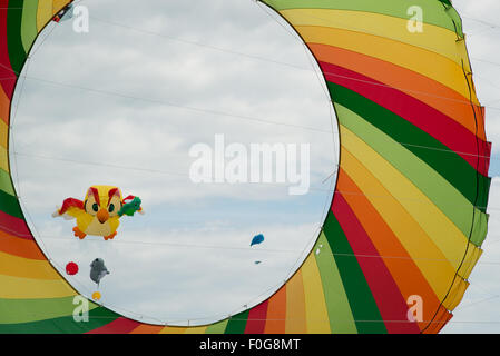 Portsmouth, UK. 15th August 2015. A huge rotating kite takes off with a an owl kite flying in the background at - Stock Image