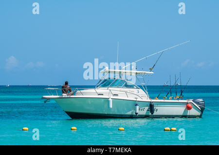 Sport fishing boat tied off in West Bay Roatan Honduras. - Stock Image